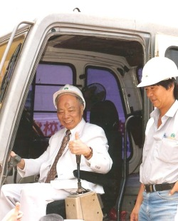 School History 2000, Former SMC Chairman, Mr Cheong Wing activating the machine